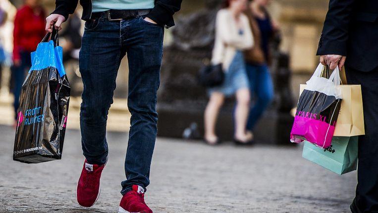 Op de Champs Elyséés betalen winkeliers gemiddeld 13.255 euro huur per vierkante meter per jaar Beeld anp