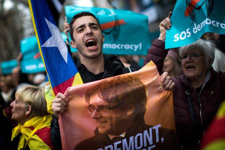 Protest in Barcelona tegen de aanhouding van Puigdemont Beeld ap