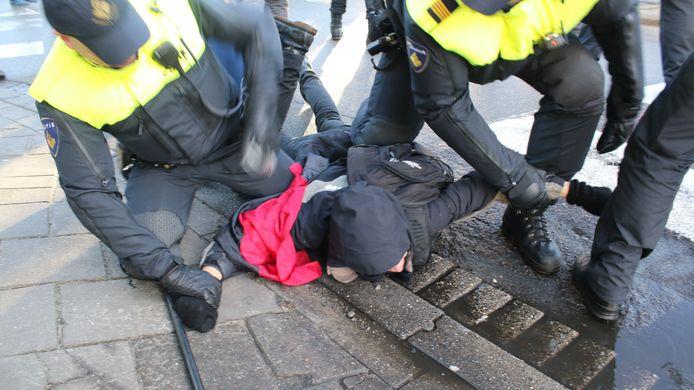 Vooral bij ongeplande aanhoudingen kreeg de politie te maken met geweld tegen agenten.