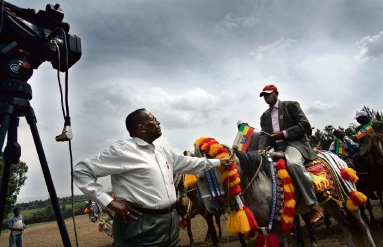 Een journalist interviewt Ethiopiërs bij een campagnebijeenkomst voor de parlementsverkiezingen van morgen. (FOTO PETTERIK WIGGERS HH) Beeld