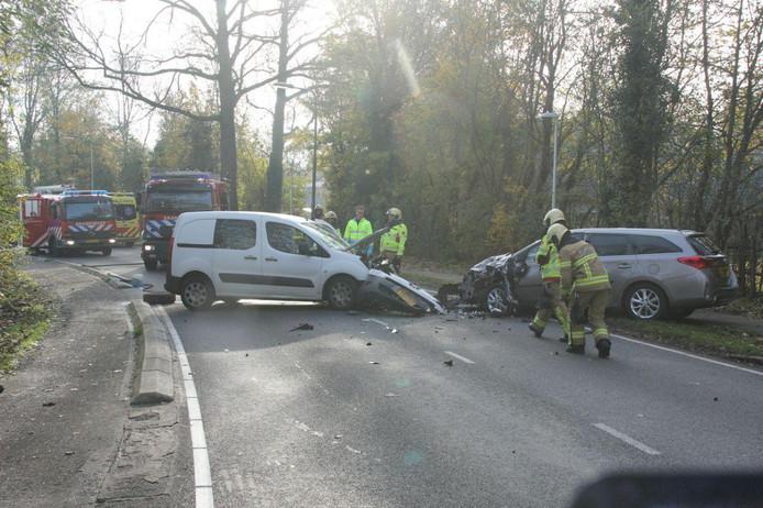Beide auto's raakten door het ongeluk zwaar beschadigd.