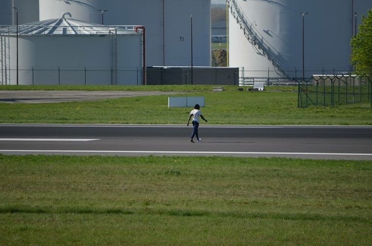 Enkele vliegtuigspotters zagen de man eerst de omheining van Brussels Airport over kruipen om nadien doodleuk over de start- en landingsbaan te wandelen.