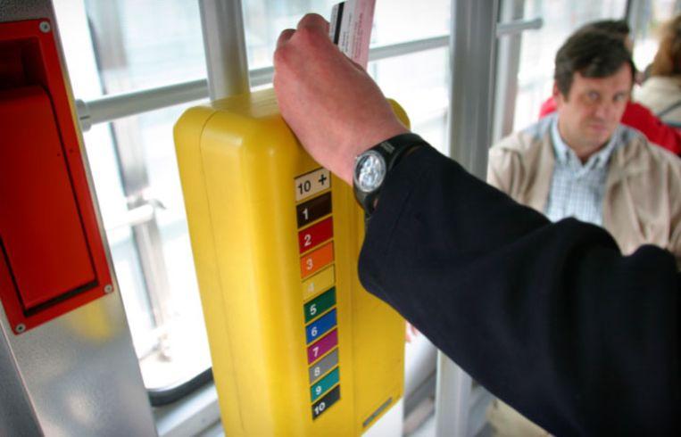 De Lijn raakt niet aan de de prijs van de tienrittenkaarten: digitaal kosten die 15 euro (m-card10), op papier is dat 16 euro (Lijnkaart).