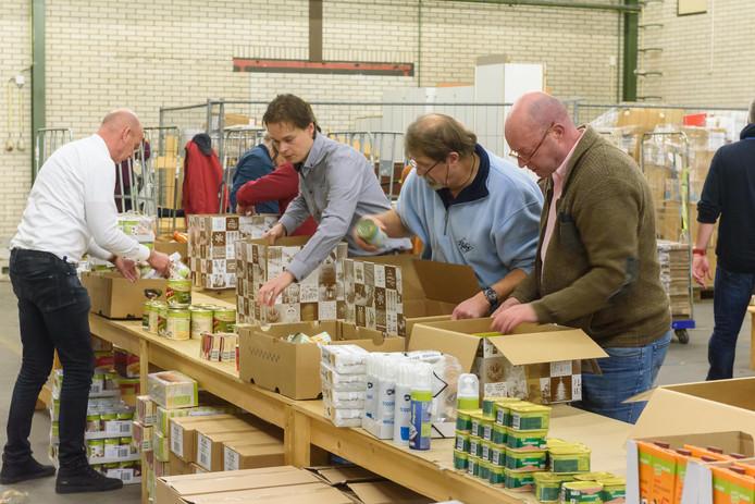 Stichting Nomen Nescio bekommert zich om de zwakkeren. Op de foto pakken ze kerstpakketten in bij Soweco.