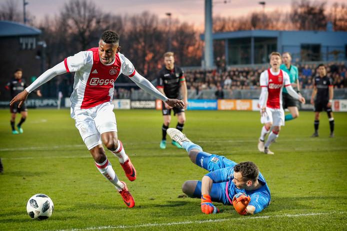 Jong Ajax-speler Mateo Cassierra passeerde vorig seizoen NEC-keeper Joris Delle en maakte de 2-0.