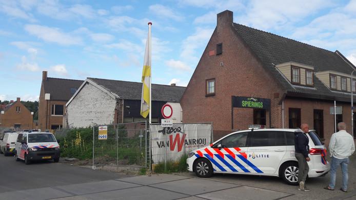 Twee politiewagens zijn aanwezig bij sportschool Spierings.