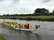 Tien teams peddelaars bij Drakenraces tussen Almkerk en Uitwijk