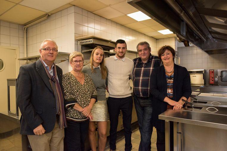 Gery Plancke en Rita Notebaert (De Kring) samen met Michaël en Marieke Vanderhaeghe en Sandra Nys met Franky Vanderhaeghe van sterrenrestaurant St.-Nicolas.