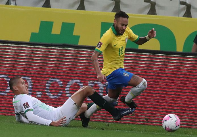 Neymar snelt Zabala voorbij.