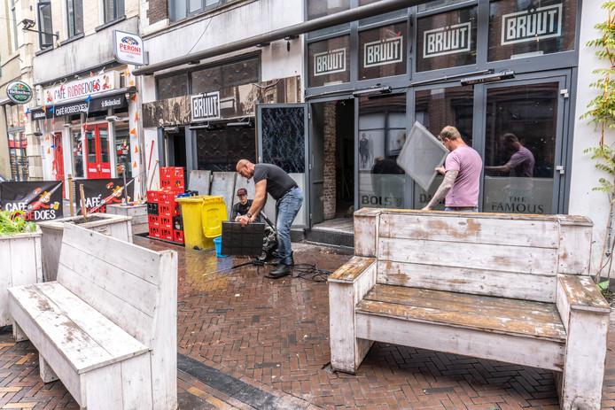Schoonmaakwerkzaamheden bij Café Bruut in de Voorstraat.