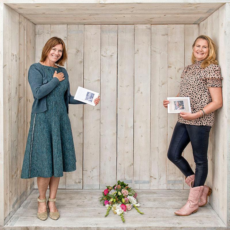 Karin Bos en Mariska Hardeman met hun 'Zoals jij was'-boekje.