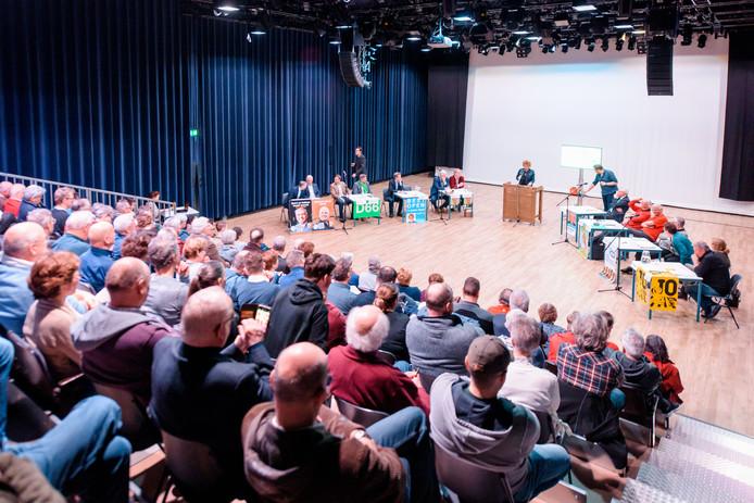 Een volle tribune tijdens het verkiezingsdebat in 't Tejaterke in Best.