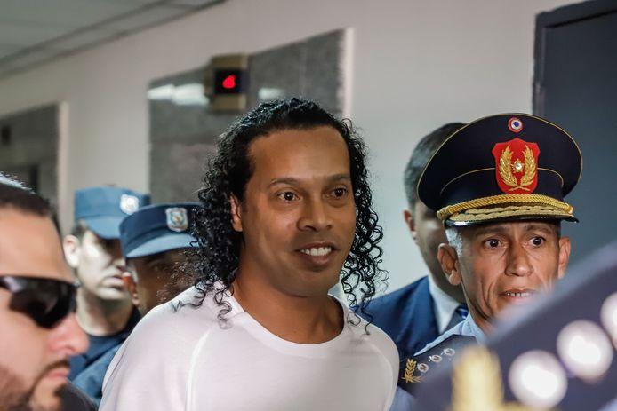 Ronaldinho arriveert bij het Paleis van Justitie voor zijn verhoor door de onderzoeksrechter.