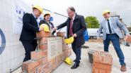 Burgemeester Somers legt eerste steen dorpshuis