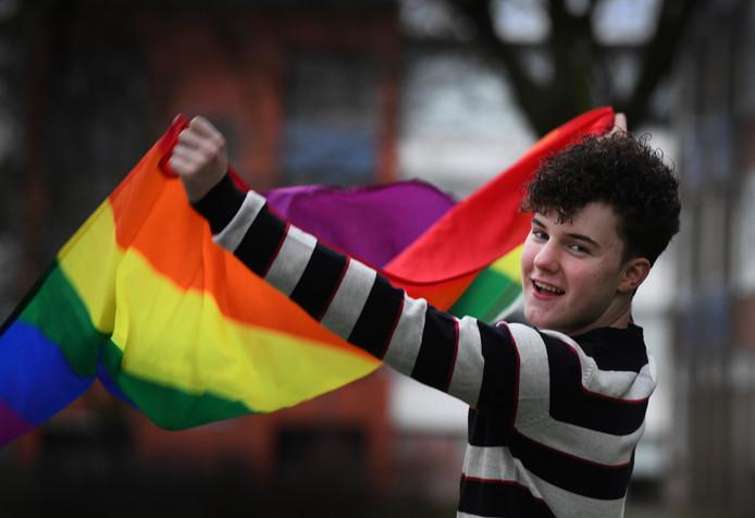 Justin met regenboogvlag.