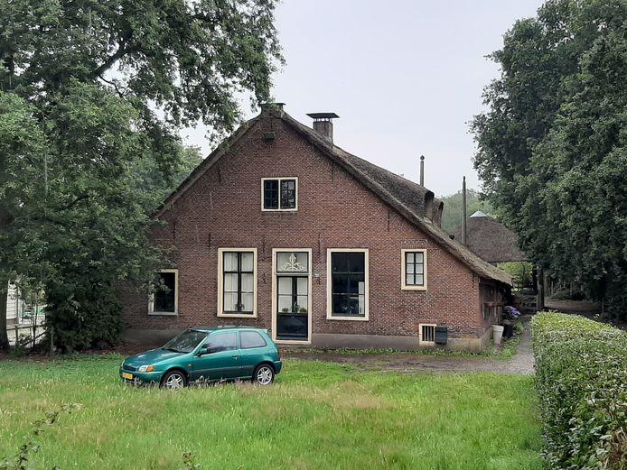 De woning aan de Meentweg, waar afgelopen donderdag een grote politie-inval plaatsvond.