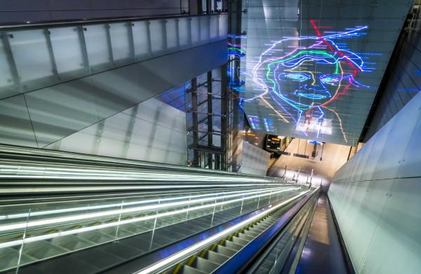 **Noord-Zuidlijn staat symbool voor Amsterdam: mooi, snel, duur en vol toeristen**