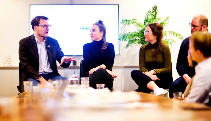 De zussen in gesprek met Prins Constantijn