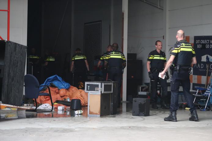 De binnenkant van het pand. De politie neemt de vele muziekboxen in beslag.