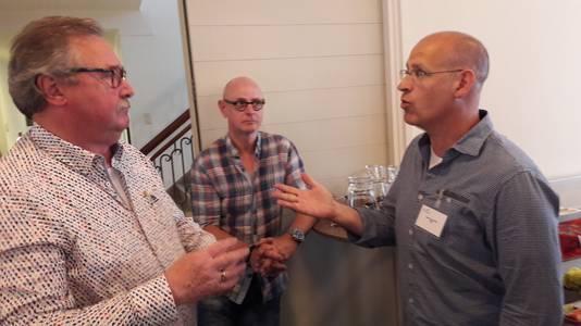 Anton van Tuyl (links) is met Carlo van Esch in een fel debat verwikkeld.