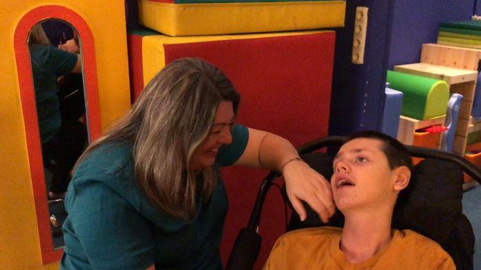 Cindy van het Ende met zoon Jelte, die door een mishandeling in een speeltuin ernstig beperkt raakte. Van het Ende startte een neurorevalidatiecentrum in Biddinghuizen, dat in 2021 uitgebreid wordt met een beleeftuin.