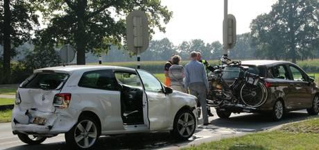 Gewonde bij botsing tussen drie voertuigen op N350