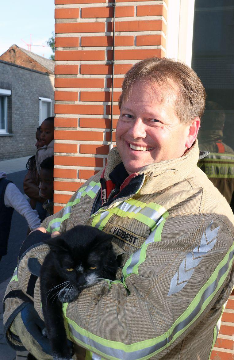 Brandweerman Bart Verbist met een kat die kon gereanimeerd worden.