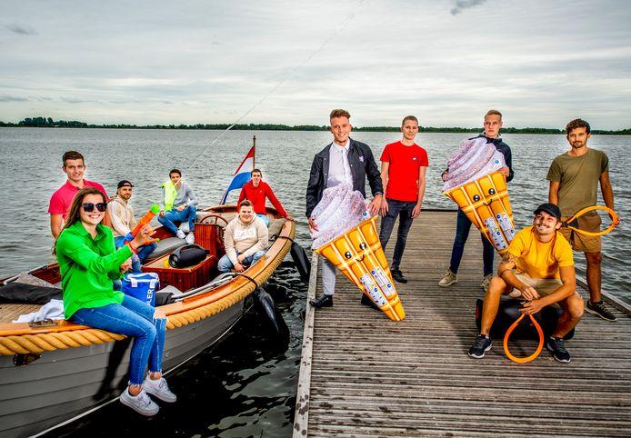 Een vriendengroep Nieuwkoop organiseert zelf een zomers feest met bootjes.