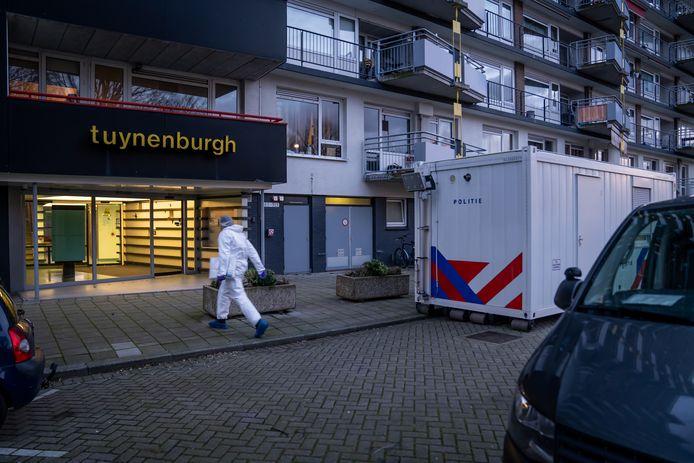 Bij de brand in flatgebouw de Tuynenburgh aan de Oosterse Tuin in Rotterdam-IJsselmonde is afgelopen nacht een 62-jarige Rotterdammer overleden.