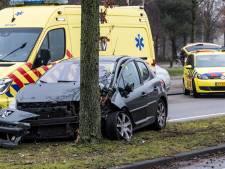 Automobilist botst tegen boom in Tilburg