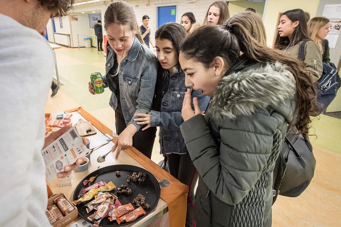Leerlingen van het Montessori College proeven insecten. Foto: Bert Beelen