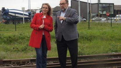 Ex-spoorbaas Marc Descheemaecker voert campagne vanop... treinspoor