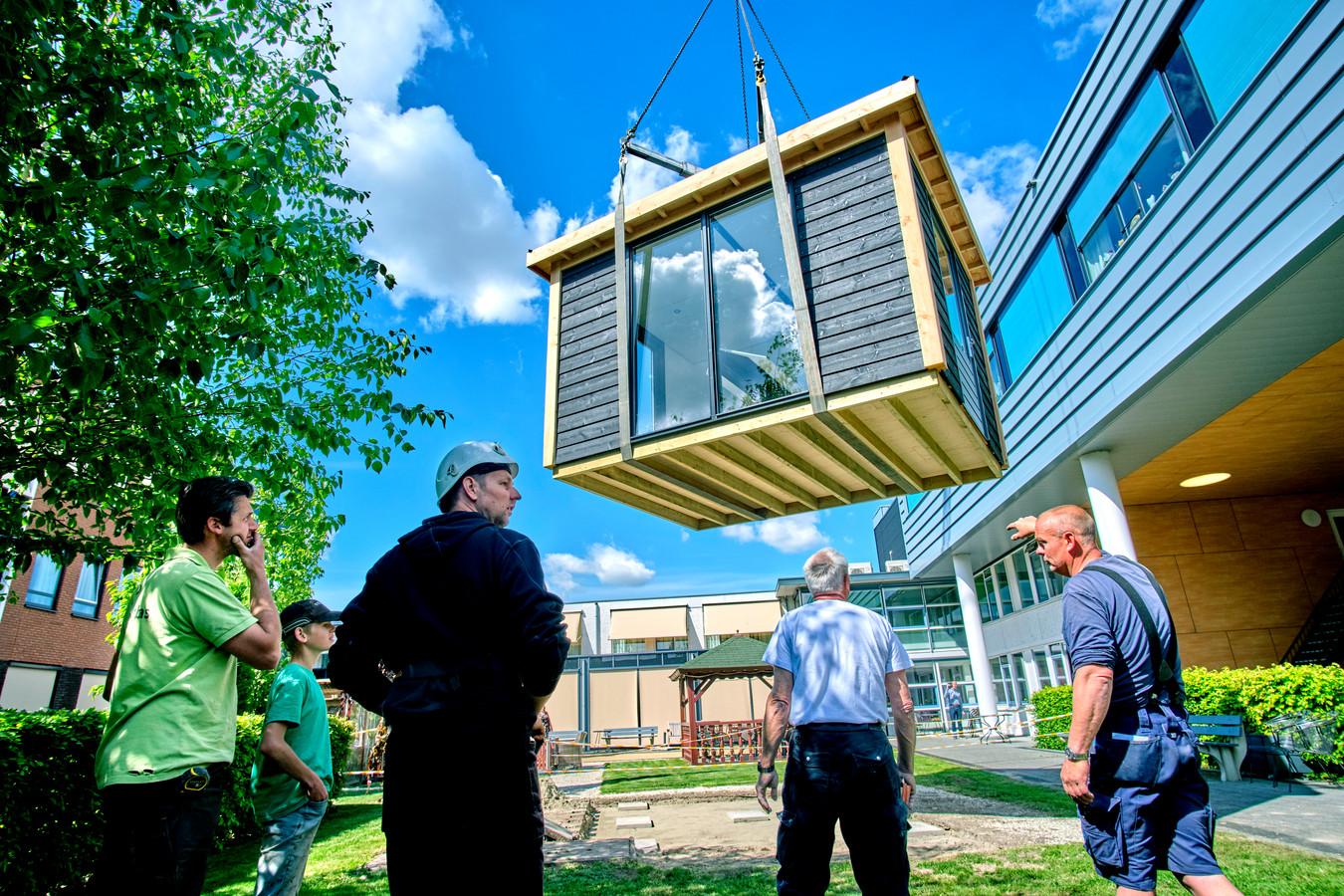 Een bezoekershuisje, gebouwd door ondernemers, wordt neergezet bij ouderencomplex De Buitensluis in Numansdorp. Bewoners kunnen hier veilig bezoek ontvangen.