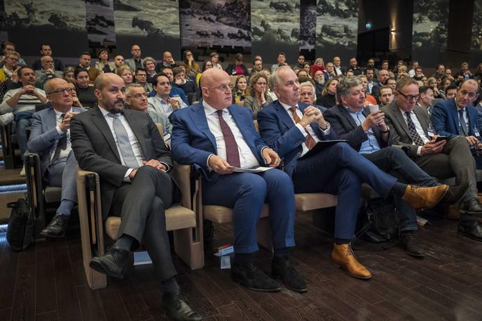 De Arnhemse burgemeester Ahmed Marcouch (links) en minister Ferd Grapperhaus (midden) van Veiligheid en Justitie bij de conferentie in Arnhem over radicalisering.