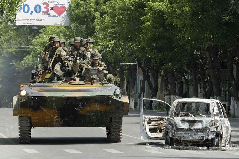 Het leger in de straten van Osj (EPA) Beeld