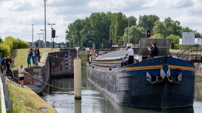 """Leden slepen jeugdhuisboot Joppe naar scheepswerf: """"We houden ons hart vast voor factuur"""""""