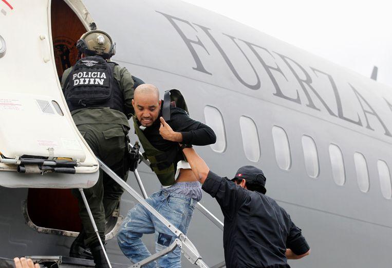 Galvez wordt aan boord van een vliegtuig gebracht onder grote belangstelling van de media. Beeld REUTERS
