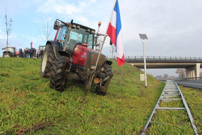 Tractor met omgekeerde driekleur geposteerd langs N18 bij Rietmolen.