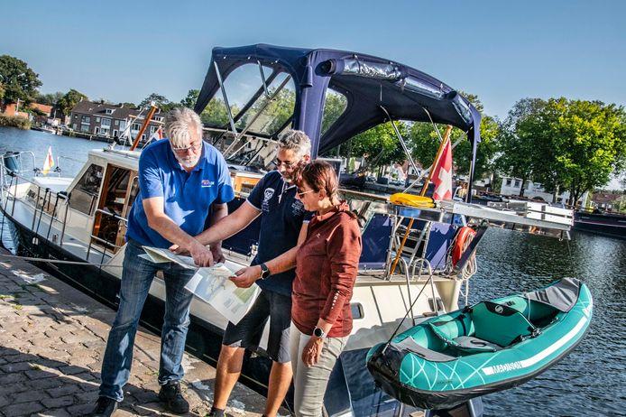 tweede havenmeester Piet Maas legt het Zwitserse echtpaar op de waterkaart uit, hoe toch nog in Maasbracht te komen
