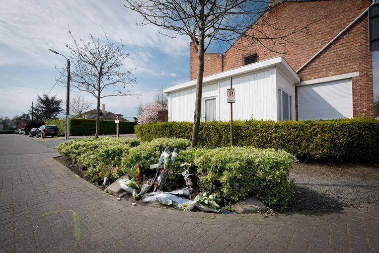 In de Lindestraat liggen bloemen op de plaats waar zich gisteren het drama afspeelde.
