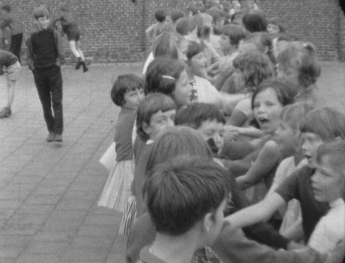 Het schoolplein. Still uit de film.