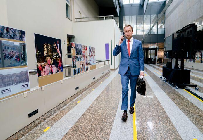 Voorzitter Lennart van der Linden van Forum voor Democratie verlaat de Tweede Kamer na een gesprek met partijgenoot Wybren van Haga.