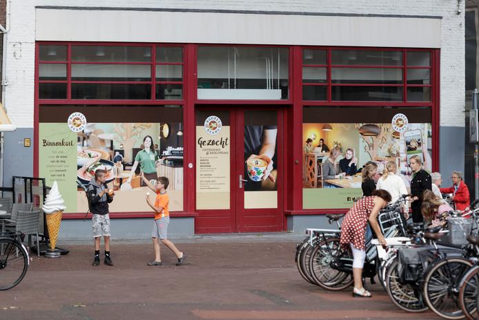 Het pand aan de Beukerstraat is al maandenlang voorzien van het Bagels & Beans-logo, maar broodjes en koffie zijn er nog niet te krijgen.