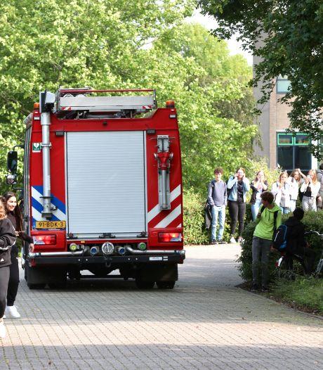 Ruim 20 leerlingen ademen rook in bij plotselinge brand in school Emmeloord