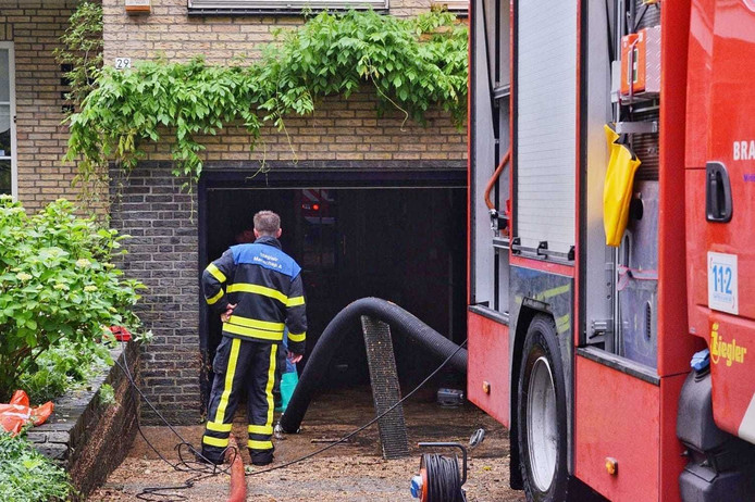 In de Kennedylaan in Rijen liep een garage onder water.