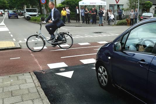 Wethouder Engbert Stroobosscher neemt in 2017 fietsend het detectiesysteem in gebruik