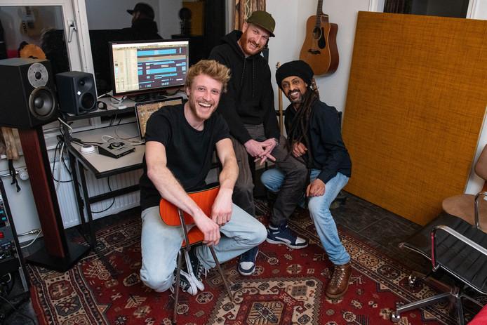 """De Enschedese band Roots Creation presenteert zaterdag in Metropool Hengelo een nieuw album. (L-R) Pim Kokkeler, Wouter Slegt en Aron Tekle. """"Het gaat er niet om die ene hit te scoren of de ambitie hebben om in de Wereld Draait Door te staan. We hebben nooit het voornemen gehad om binnen twee of drie jaar een hit te scoren. Daarom houden we het denk ik ook al zo lang vol. Ik zie ons nog wel samen spelen als we tachtig zijn."""""""