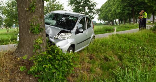 Vrouw gewond door frontale botsing tegen boom in Beltrum.
