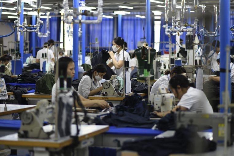 Werknemers aan het werk in een kledingfabriek in Hanoi, Vietnam.
