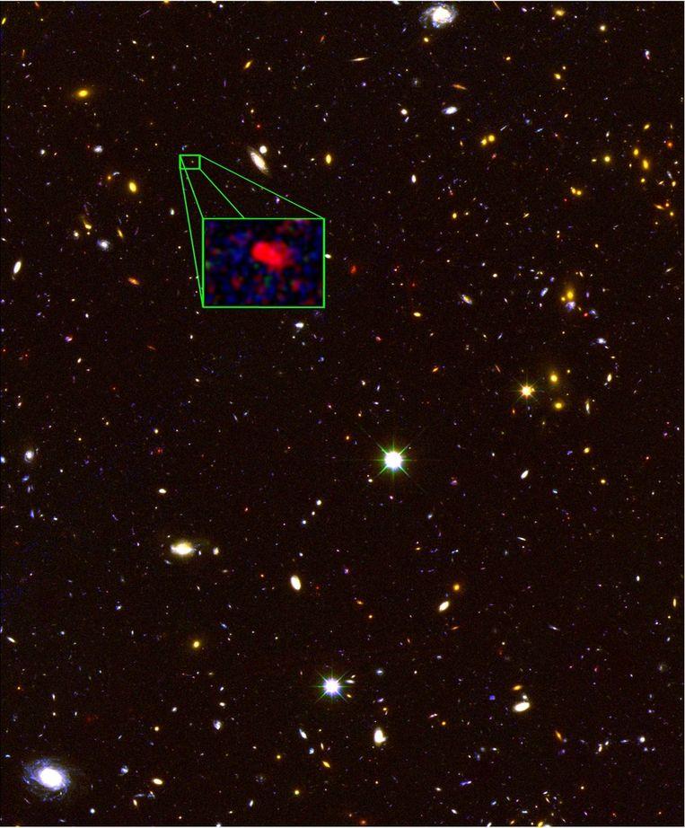 Een foto, gemaakt door de Hubble-telescoop, met een groenomlijnde close-up van het verste sterrenstelsel ooit Beeld V. Tilvi (Texas A&M), S. Finkelstein (UT Austin), the CANDELS team, and HST/NASA